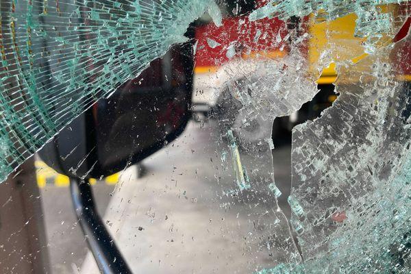 Vitre camion pompier brisé avec film