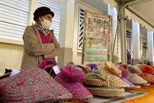 Justine Techer, 50 années consacrées à l'artisanat péï avec la fabrication de capelines, chaussons, paniers et sacs