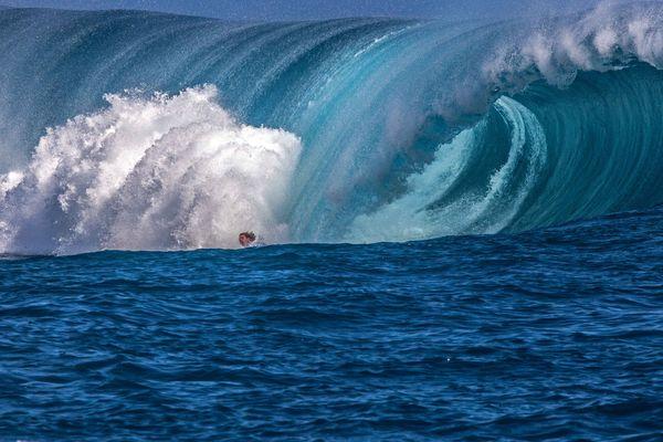 Teahupo'o est une vague très crainte, les chutes ne sont pas rares, même chez les pros. Ici, Kai Otton (Aus). 18/08/14