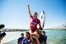 Johanne Defay, victorieuse à la Surf Ranch Pro, portée par le surfeur pro Adriano de Souza, et son entraîneur, Simon Paillard.