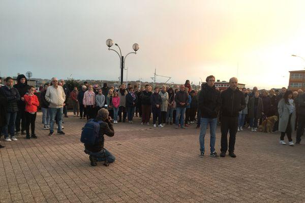 150 personnes se sont rassemblées, place du général de Gaulle à Saint-Pierre, pour rendre hommage à Samuel Paty