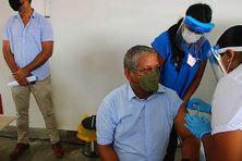Pour l'exemple, le président des Seychelles, Wavel Ramkalawan, a été vacciné contre la Covid-19 devant les caméras de la télévision seychelloise
