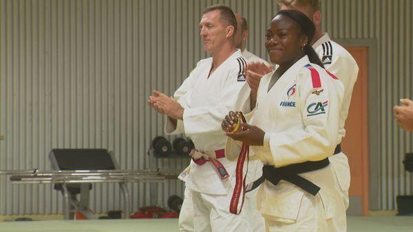Clarisse Agbegnenou, présente l'or mondial aux jeunes judokas calédoniens.