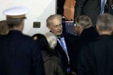 Jean-Marc Ayrault accueillant Francis Collomp à l'aéroport de Villacoublay le 18 novembre 2013