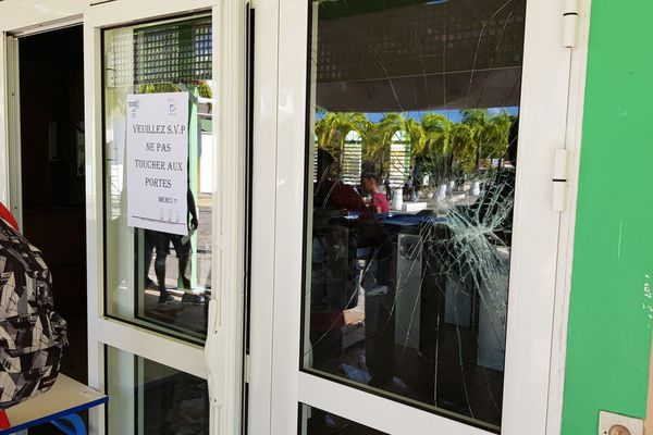 Lycée Charles Coeffin/ Porte vitrée cassée