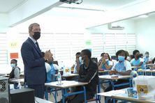 Le recteur et les élèves lors de l'épreuve du Bac.
