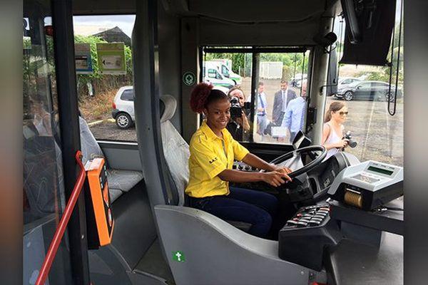 jeune conductrice bus