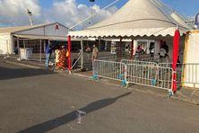 Installation de la foire-expo sur le parking du stade de Dillon (Fort-de-France).