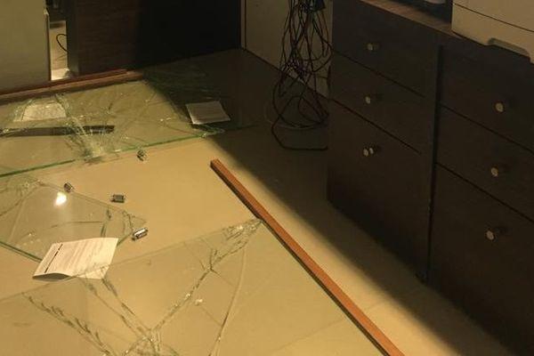 La vitre cassée de l'accueil des urgences du CHU de la Meynard