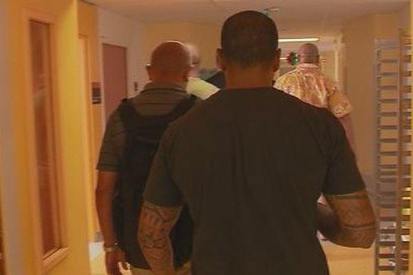 Les surveillants du Camp-Est rendant visite à leur collègue hospitalisé, après agression (24 décembre)