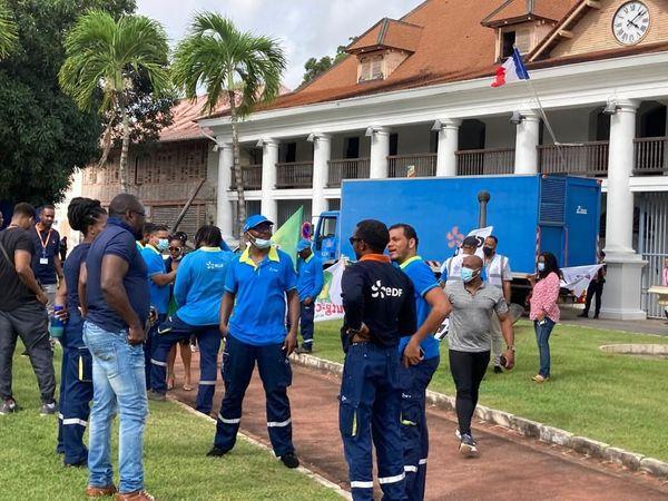Agents EDF devant la préfecture de Guyane