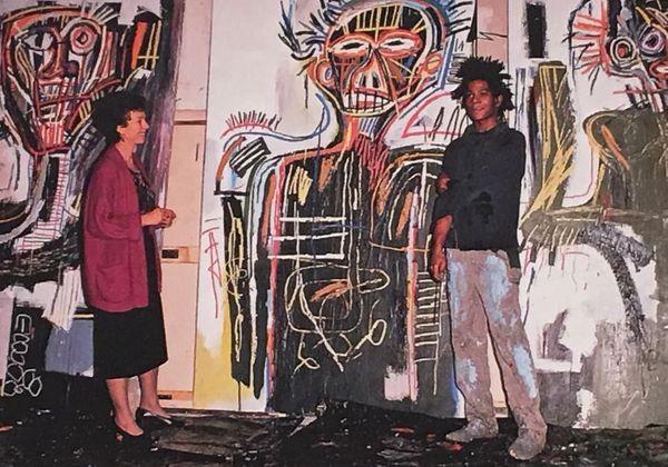 """Jean-Michel Basquiat dans son atelier avec Annina Nosei devant """"les prophètes"""" en 1982"""