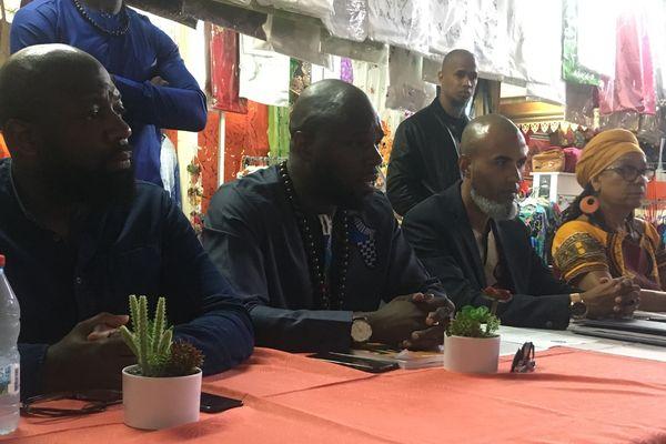 Kémi Séba avec des représentants des associations réunionnaises