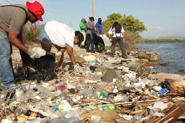 Jamaïque, les plages submergées sous une couche de dechets non-biodegradables