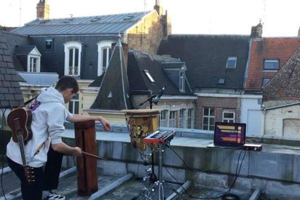 En confinement à Lille : Oscar Descamps joue sur le toit avec des instruments de Tahiti