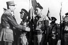 30 juin 1944 à Marcianise en Italie, le Général de Gaulle s'apprête à décorer Jean Tranape
