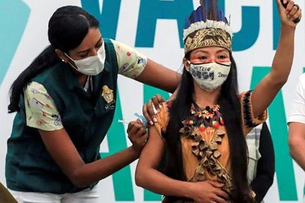 Vanda Witoto, première personne vaccinée de l'Amazonas