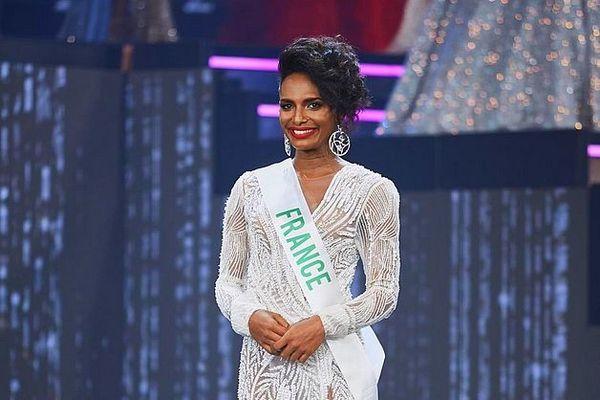 Louiz en tenue de soirée pour le concours Miss International Queen 2020