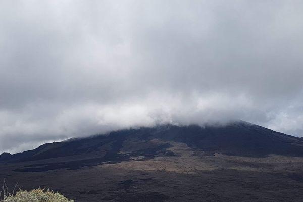 Le Piton de la Fournaise dans les nuages.