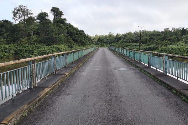 Le pont de Sinnamary sur la route nationale 1