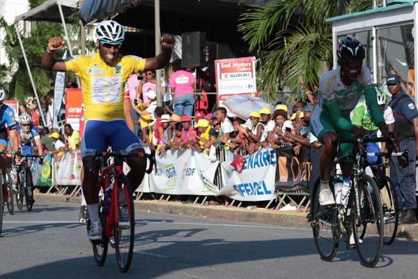 Laurent Mickaël triomphant à l'arrivée à Cayenne TDG2017