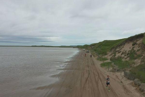 Coureurs sur la plage de Sauveur