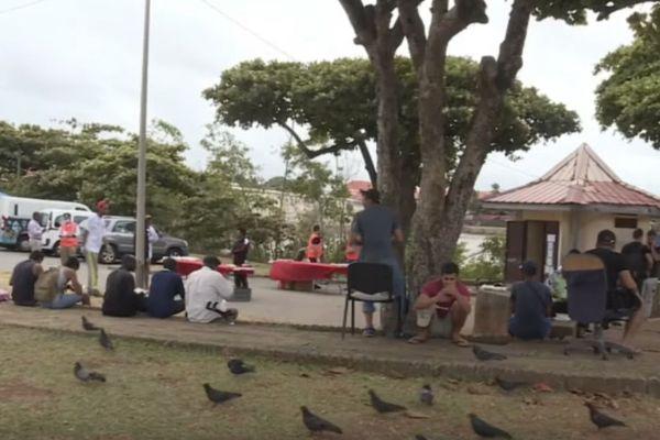 Solidarité : distribution de repas aux réfugiés sur la place des Amandiers