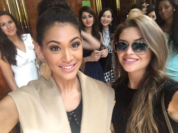 Selfie Hinarere Taputu et Miss Kazakhstan