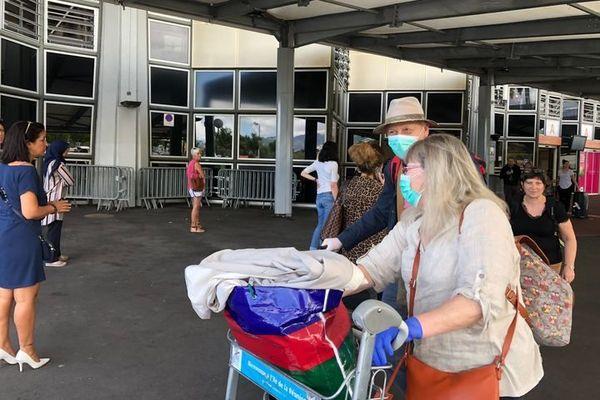 Coronavirus - Aéroport - Précautions des passagers à l'arrivée