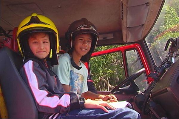 Enfants avec des casques de pompiers