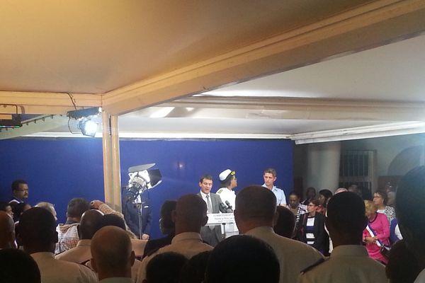 Manuel VALLS, devant la presse, les élus et les forces de l'ordre de Guadeloupe, lors du discours prononcé à Pointe-à-Pitre, jeudi 17 octobre