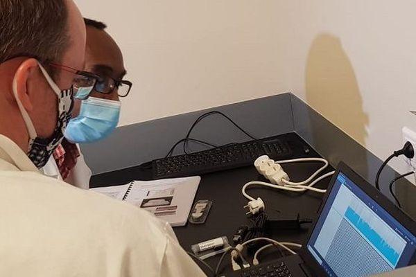 Les scientifiques de l'UMR Pimit (Processus Infectieux en Milieu Insulaire Tropical) sur le site du CYROI.