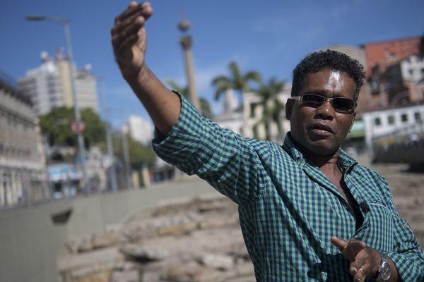 Claudio Honorato, chercheur devant le quai du Valongo (Rio de Janeiro)