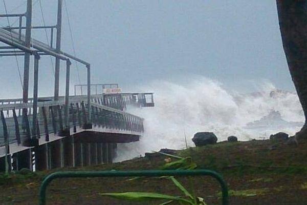Bejisa est à 80 km de La Réunion. La préfecture annonce des risques de submersions dans l'ouest.