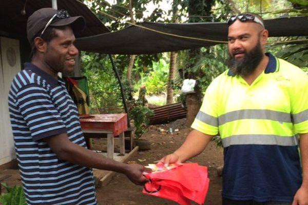 Distribution poche rouge au squat Val Suzon