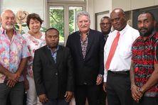 Manate Vivish, directeur général d'Air Tahiti, et Jean-Christophe Bouissou, ministre  du Logement en charge des transports aériens interinsulaires, ont reçu une délégation