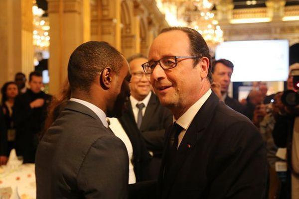 François Hollande glisse quelques mots à l'oreille du sénateur mahorais Thani Mohamed Soilihi