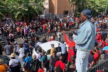 la foule massée devant la maison des syndicats