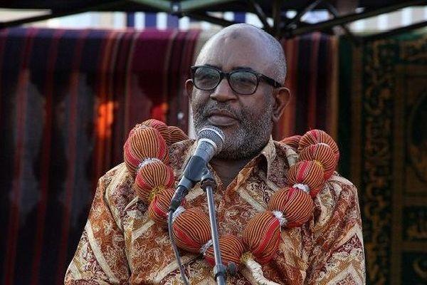 Le président comorien Azali Assoumani s'adresse aux habitants lors d'un rassemblement en faveur du vote du «oui» lors d'un prochain référendum à Tsawenni le 23 juillet 2018.