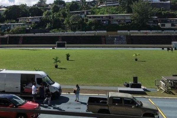 Voitures et camionnettes sur la piste du stade Pater