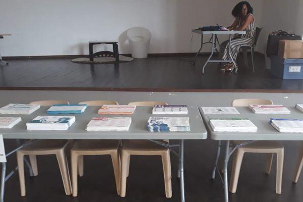 Un bureau de vote en attente d'électeurs