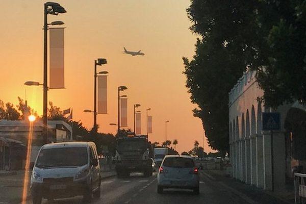 Lever du jour sur Saint-Denis un avion dans le ciel