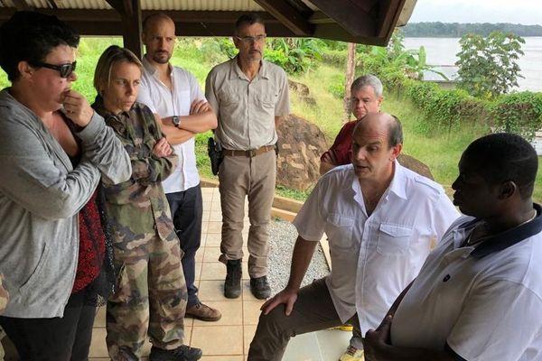 Le maire d'Apatou Paul Dolianki avec le sous préfet Yves Daraud