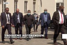 Membres des délégations indépendentistes et loyalistes venus discuter avec le gouvernement à Paris sur l'organisation du prochain référendum en Nouvelle-Calédonie