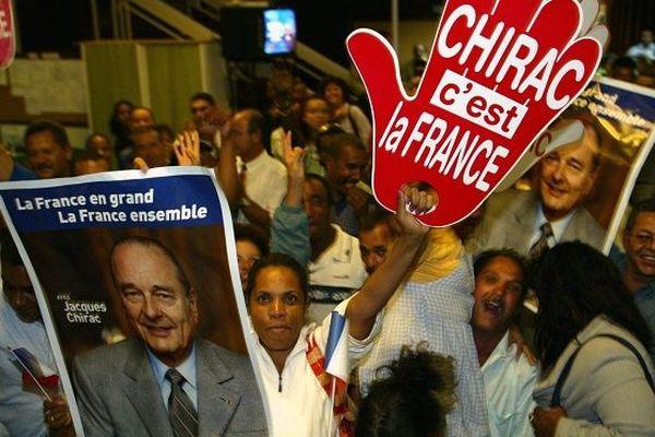 Des militants du RPR laissent éclater leur joie le 5 mai 2002 dans le hall de l'hôtel de ville à l'annonce de l'élection du président Jacques Chirac et de son score dans la commune de Saint-Denis.