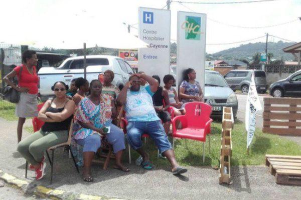 Les grévistes ont bloqué l'entrée de l'hôpital de Cayenne, mercredi 26 avril.