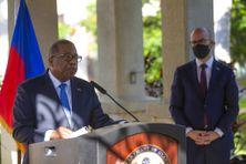 Brian Nichols, Haut fonctionnaire américain, lors d'une conférence de presse à l'ambassade des Etats-Unis, à Port-au-Prince, en Haïti, le 1er octobre 2021. En arrière plan, Juan Gonzalez, assistant spécial auprès du président Joe Biden.