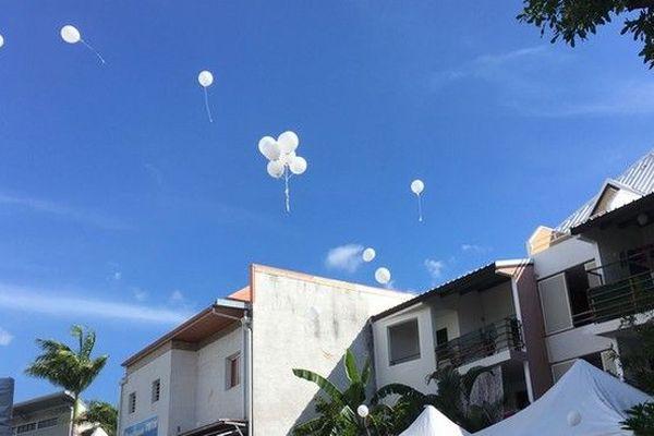 Lâcher de ballons blancs pour rendre hommage aux trois enfants tués par leur père à la rivière des galets au port obsèques 270319