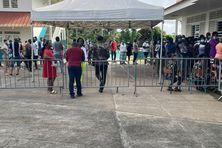 Dés l'ouverture du bureau de vote n°1, situé à l'École Lambert Amayota d'Apatou, les électeurs sont nombreux à se succéder aux isoloirs.