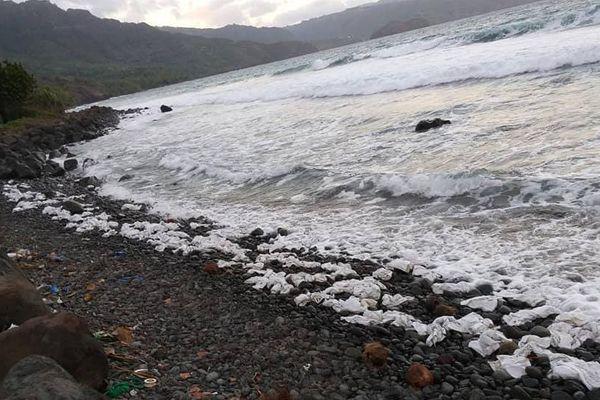 Des centaines de sacs plastique échoués sur les plages de Hiva Oa